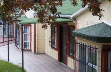 tek katlı bir prefabrik evin giriş bölümü