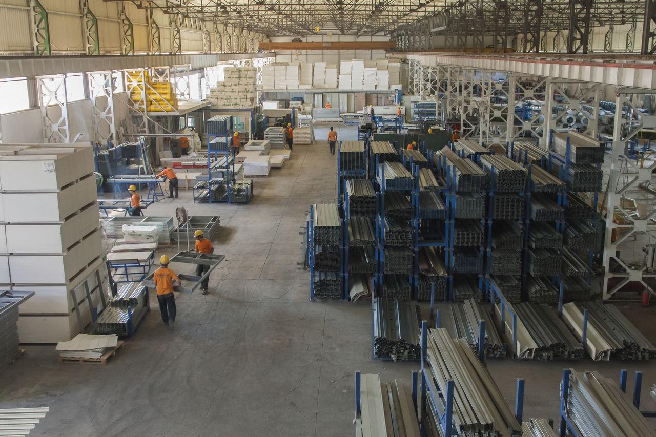 Fabrika ortamında prefabrik ev nasıl yapılır sorusuna yanıt niteliğinde fabrika görüntüsü