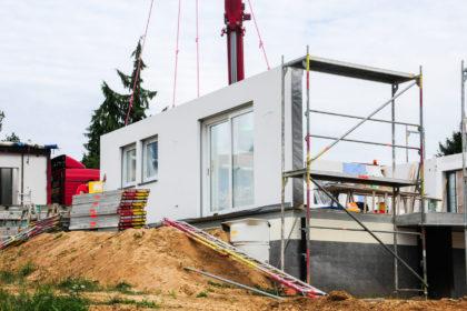 beton platform üzerinde kurulumu yapılmakta olan prefabrik yapı