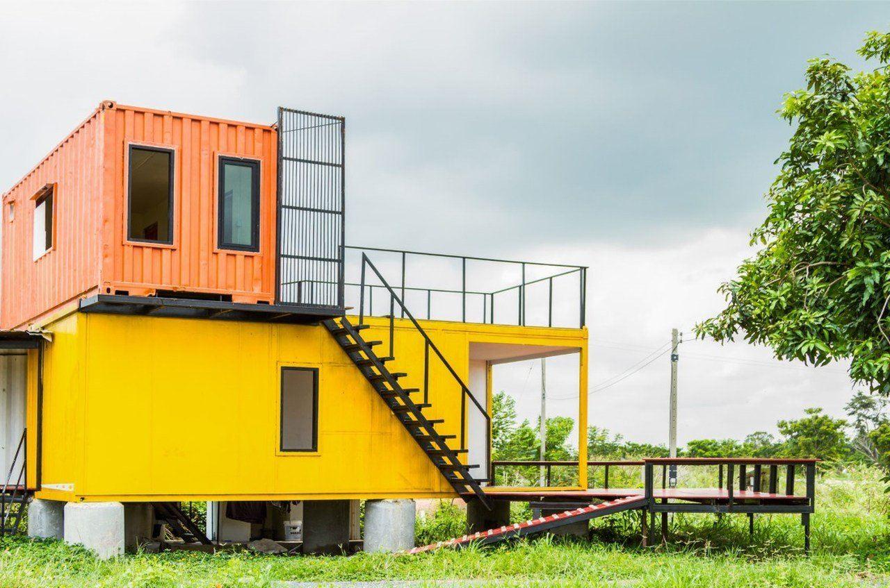 altta sarı renkli konteyner ve üstünde turuncu renkli konteyner bulunan yapı