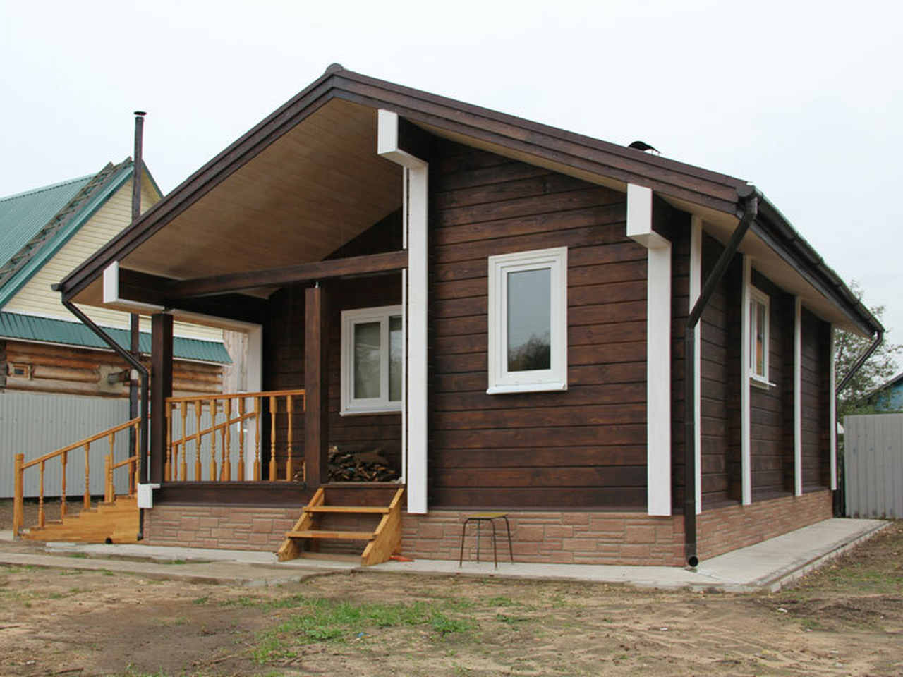 kahverengi ahşap prefabrik evin önden görünüşü