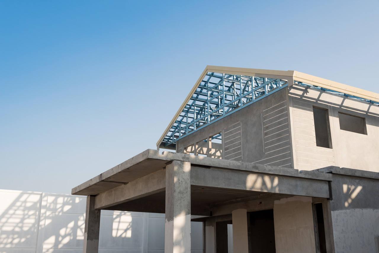 kurulumu bitmemiş beton bir prefabrik evin üst ve çatı kısmı