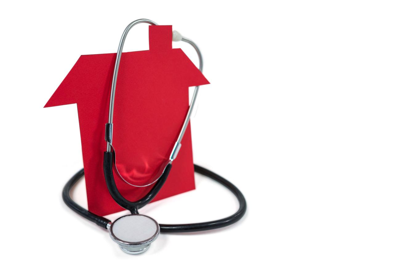 Deprem dayanıklılık testi-Kırmızı maket bir ev üzerine takılmış olan stetoskop görseli