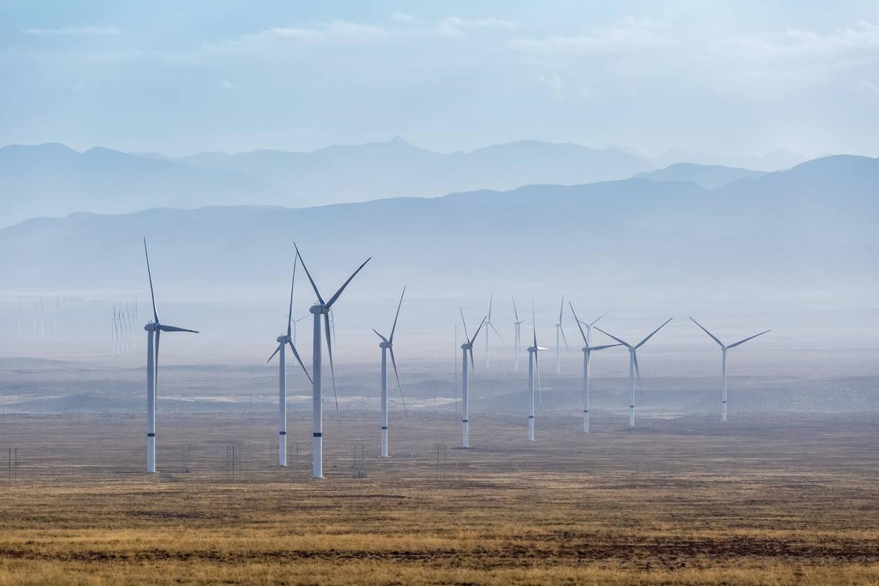 boş bir arazide sıralanmış rüzgar türbinleri