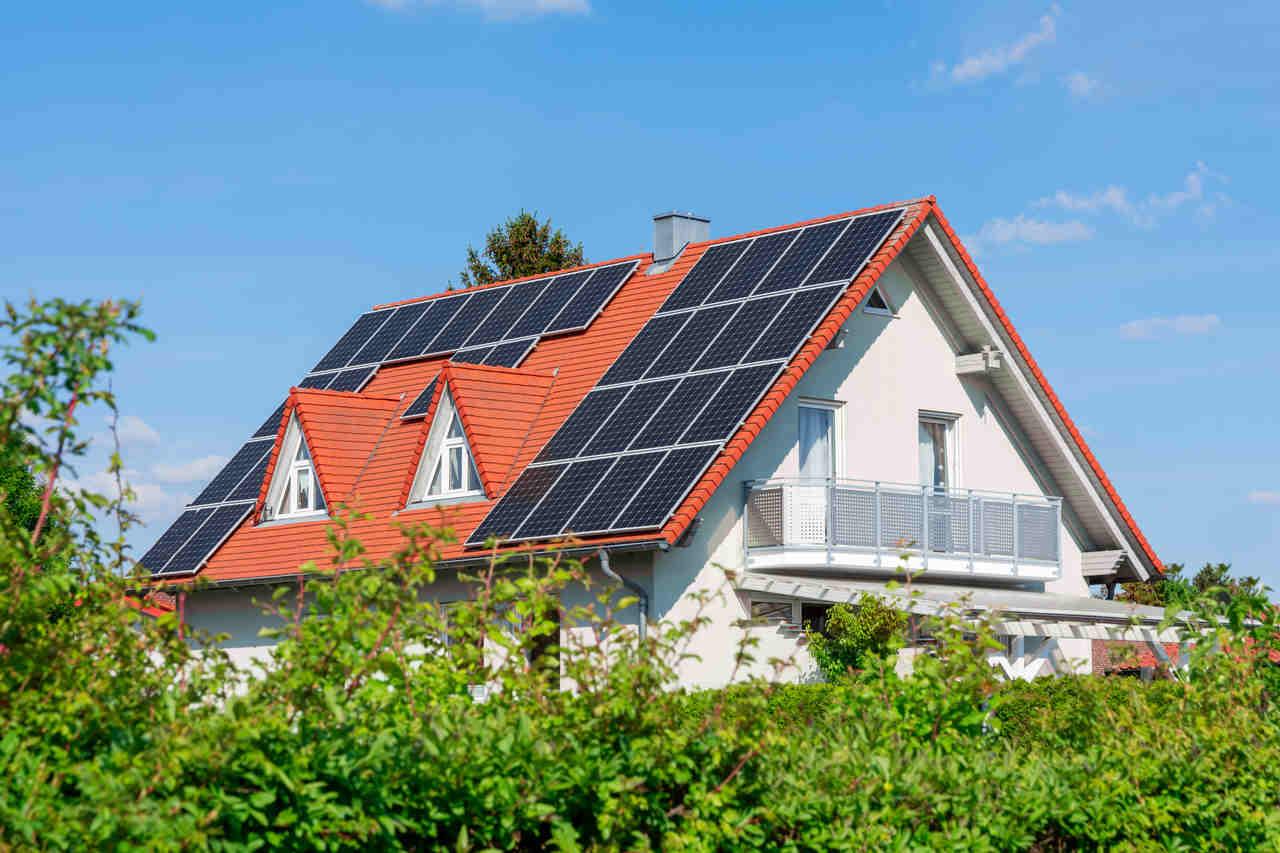sürdürülebilir mimari örneği villa çatısında bulunan güneş panelleri