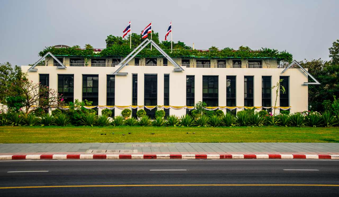 sürdürülebilir mimari örneği çatısı bitkilerle kaplı büyük bir bina