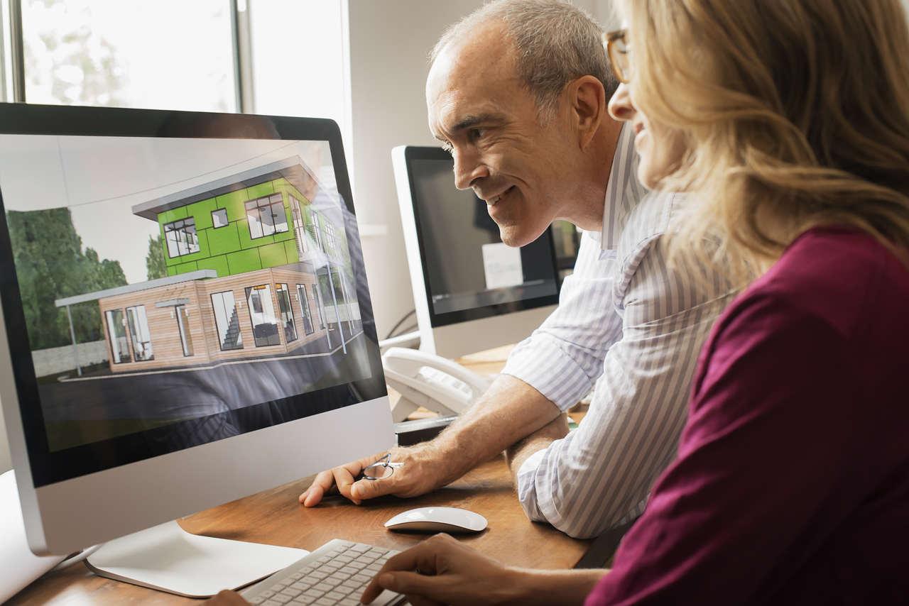 bilgisayarda mimari tasarım yapan kadın ve erkek mimar