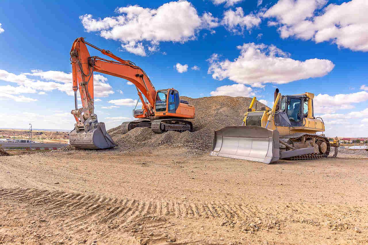 inşaat alanında ekskavatörler