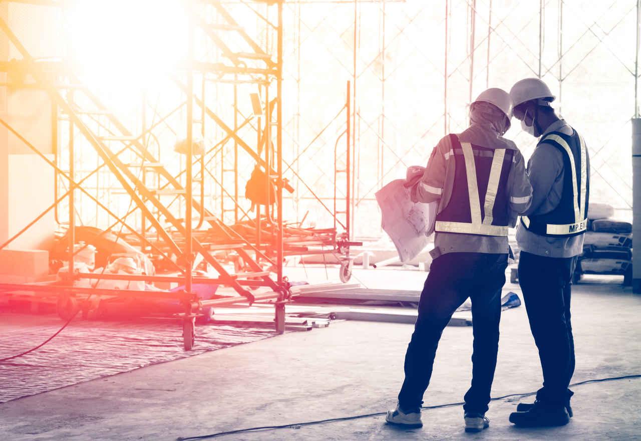 yapı inşaatında çalışan işçiler
