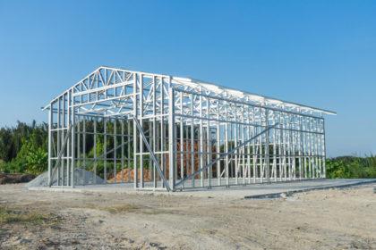 boş bir arazide çelik yapı inşaatı