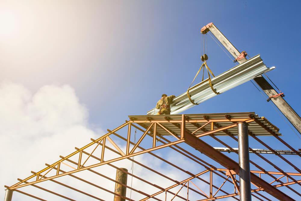 Çelik yapı için çelik malzemeler taşıyan araç ve çelik yapı inşaatı